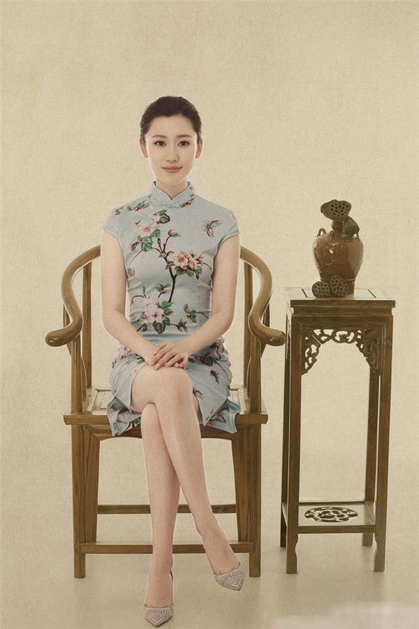 Cô được nhận xét là MC xinh đẹp nhất đài CCTV.