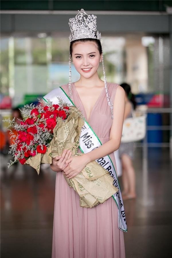 Trong sự chờ đón của gia đình, người thân và khán giả, Ngọc Duyên xuất hiện rạng rỡ dù phải trải qua chuyến bay khá dài từ Hàn Quốc. Cô diện bộ váy dài màu pastel ngọt ngào, nhẹ nhàng nhưng không kém phần táo bạo.