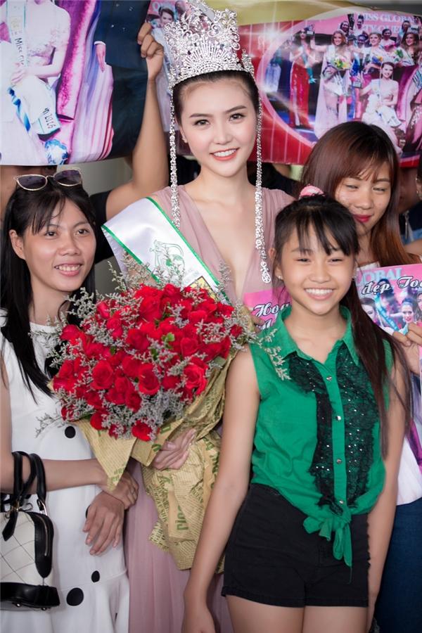 Ngọc Duyên òa khóc trong vòng tay ba mẹ khi trở về Việt Nam