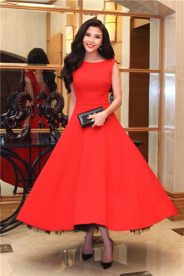 Xuất hiện trong sự kiện với chiếc váy xòe sắc đỏ rực của nhà thiết kế Lê Thanh Hòa, Thúy Diễm khéo khoe nét đằm thắm. Bà xã Lương Thế Thành nhận được nhiều lời khen ngợi bởi nhan sắc ngày càng mặn mà, sắc sảo. Thúy Diễm chia sẻ rằng, dù công việc có bận rộn đến mấy, là phụ nữ cô luôn ý thức việc làm đẹp cho bản thân mình. Đó không chỉ khiến cô thêm tự tin hơn ở chính mìnhmà còn là sự tôn trọng với khán giả. - Tin sao Viet - Tin tuc sao Viet - Scandal sao Viet - Tin tuc cua Sao - Tin cua Sao