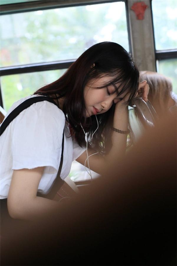 Cô gái bị chụp lén trên xe buýt đã từng khiến dân tình phát sốt.
