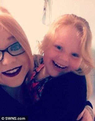 Cô bé Lilly Mae và mẹ.