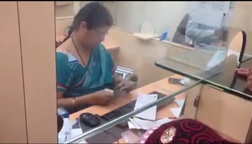 Lặng người với câu chuyện thật về cô thu ngân chậm nhất thế giới
