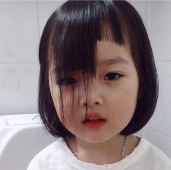 """Mẹ cắt tócmái cho con gái hình như có phần """"hơi quá tay"""". (Ảnh: Cắt clip)"""