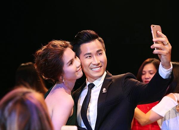 Giữa vòng vây của khán giả, Ngọc Trinh không ngại áp sát má vào Nguyên Khang để chụp ảnh.