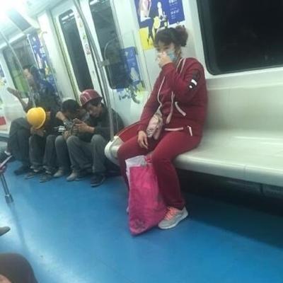Trước đó, hình ảnh những người công nhân sợ bẩn ghế tàu điện mà ngồi dưới sàn khiến nhiều người xem khâm phục.