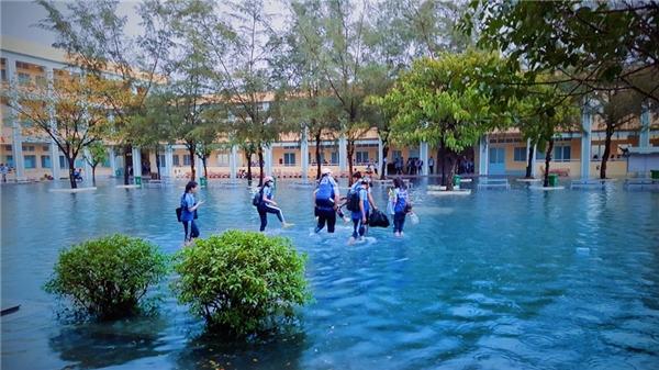 Học sinh phải xắn quần lội nước vào lớp học.(Ảnh: DNB)