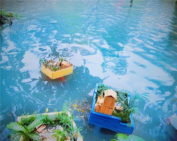 """Những chiếc thuyền tự chếđược thả ra """"trang trí hồ bơi"""".(Ảnh: DNB)"""