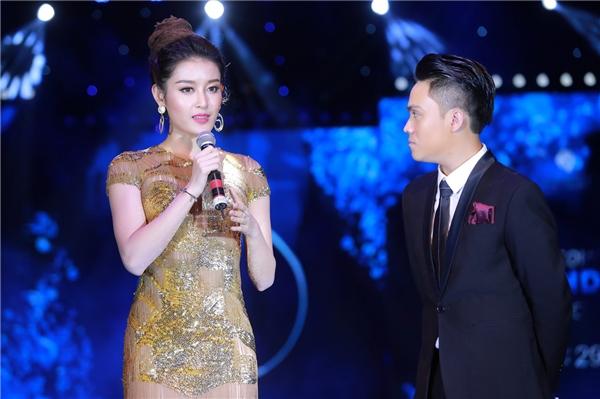 """Xuất hiện trên sân khấu, nhan sắc ngọt ngào""""không góc chết"""" của Á hậu Việt Nam 2014 khiến người đối diện không thể rời mắt."""