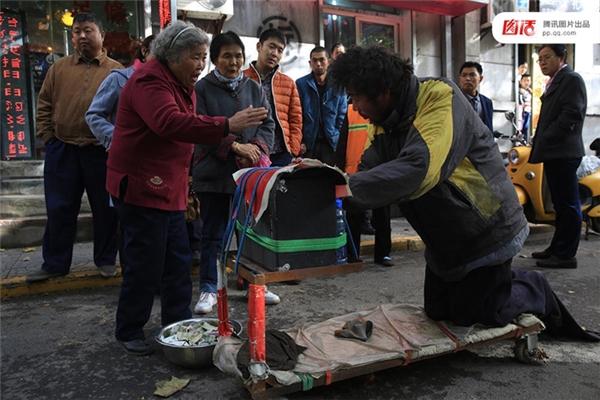 Ngày 24/11/2013 tại Tây An, Thiểm Tây, người đàn ông đóng giả tàn tật bị một cụ bà 77 tuổi lật tẩy. Sau đó anh này đã bị cảnh sát bắt về đồn cùng một thau đầy tiền lẻ.