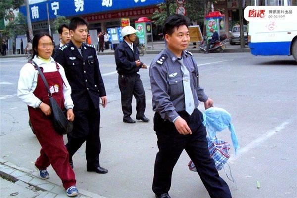 Ngày 08/05/2005 tại Quế Lâm, Choang Quảng Tây, người phụ nữ này giả mang thai, cho người ta xem ảnh chồng mình bị tai nạn máu me đầy người, thậm chí làm giả giấy tờ hỏa táng, nhờ thế mỗi giờ kiếm được cả triệu đồng. Nhưng cô ta bị cảnh sát phát hiện và bắt giữ cùng các thứ đồ phụ tùng hành nghề.
