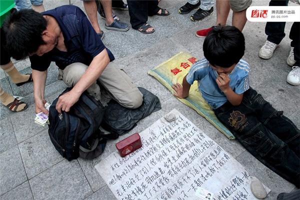 Ngày 26/06/2011 tại Cửu Giang, Giang Tây, một người đàn ông trung niên dẫn theo đứa con nít 9 tuổi đi ăn xin, nói là con mình. Khi phóng viên dò hỏi, ông ta liền nói đứa bé là cháu mình. Rồi khi cảnh sát xuất hiện, ông ta liền đứng dậy xách đồ nghề bỏ đi.