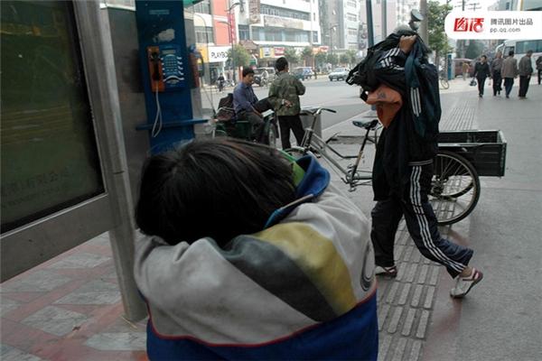Ngày 25/10/2004 tại Ưng Đàm, Giang Tây, hai bé gái quỳ mọp trên đường để xin tiền, bên cạnh là dòng chữ viết bằng phấn trắng rằng mẹ bị ốm. Nhưng khi bị chụp ảnh, cả hai nhanh chóng lủi mất.