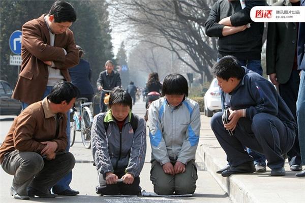 Ngày 27/03/2007 tại Trường Trị, Sơn Tây, hai đứa trẻ khác cũng dùng chiêu quỳ gối xin tiền, nói rằng cha mất vì tai nạngiao thông, mẹ ốm nặng sắp chết, bản thân phải nghỉ học. Tuy nhiên sau một thời gian thì người ta cũng nhận ra đây chỉ là lừa đảo.