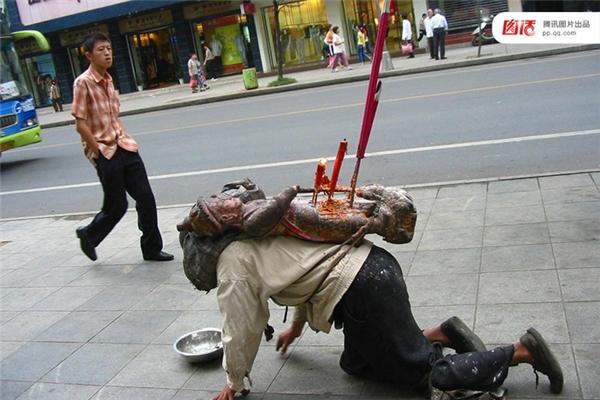 Ngày 19/08/2005 tại Thiệu Dương, Hồ Nam, một người đàn ông bò trên đường, mặt bôi đen xì, trên lưng đeo một tượng Phật, khói nhang nghi ngút. Thế nhưng chiêu trò này không thành công vì quá lố.