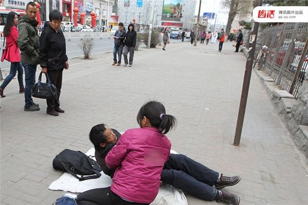 Ngày 17/04/2014 tại Trường Xuân, Cát Lâm, hai người này đóng giả thành một cặp cha con bệnh tật, bị cảnh sát đuổi hết từ đầu đường này đến cuối đường kia. Thế nhưng ở nơi nào họ cũng tranh thủ kiếm được một ít vì người ta rất sẵn lòng cho.