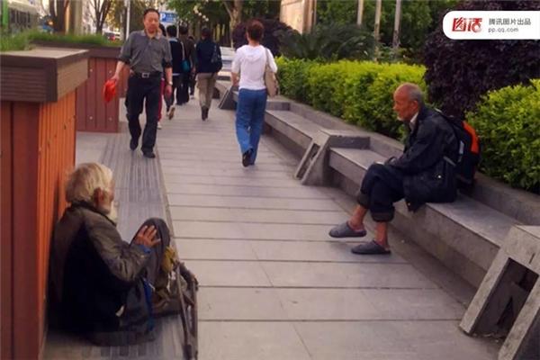 """Năm 2013 tại Vũ Hán, Hồ Bắc, người ta nghe thấy những ông già ăn xin chuyên nghiệp truyền lại kinh nghiệm cho các """"ma mới"""", chẳng hạn: những """"hảo khách hàng"""" thường không chỉ cho tiền mà còn cho đồ ăn chỉ để cho thấy họ tốt bụng như thế nào, những người già cả và bẩn thỉu thường chiếm được lòng thương cảm của khách qua đường nhất, sau đó đến các bé gái, rồi mới đến các bà trung niên có con."""