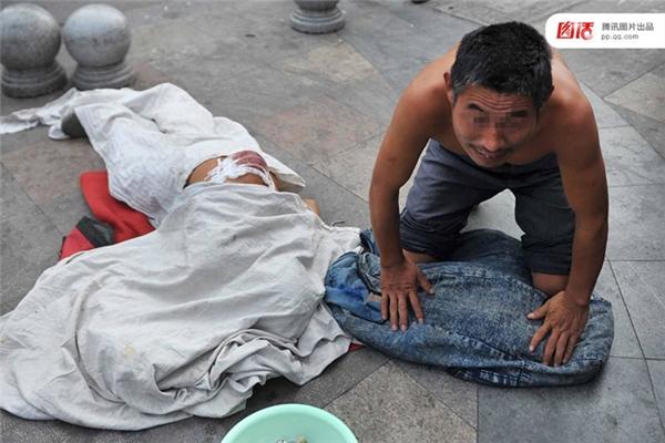 """Trông thấy những hình ảnh này, một nhà báo người Đài Loan đã nhận xét: """"Họ không phải là ăn xin, họ là diễn viên đường phố, họ nhập vai những người tàn tật, đau khổ, mất mát. Những ai dễ thương cảm sẽ tự nhiên mà cho tiền họ thôi."""""""
