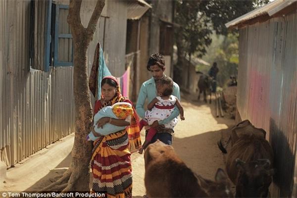 Gia đình Roona sống trong một căn nhà nhỏ lụp xụp không có điện nước ở bang Tripura hẻo lánh thuộc Đông Bắc Ấn Độ. (Ảnh: Daily Mail)