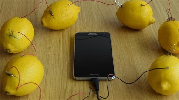 Với các pin chanh được nối lại với nhau, điện thoại của bạn sẽ được sạc đủ dùng trong một thời gian ngắn.