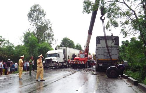 Tai nạn liên hoàn khiến 1 người tử vong tại chỗ và 2 người bị thương nặng. (Ảnh: B.N.L)