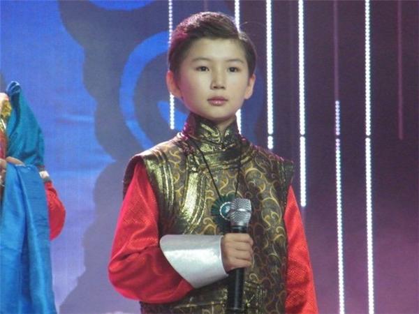 Uudamlà cậu béngười Nội Mông Cổsinh ra trong một gia đình có truyền thống âm nhạc.