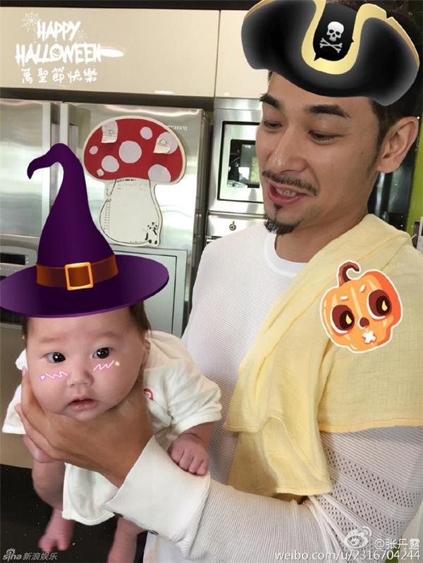 Bố con Triệu Văn Trác vô cùng đáng yêu trong chiếc mũ cướp biển - phù thủy.