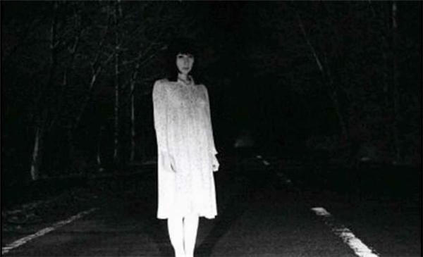 Thông thường cô gái mặc đồ trắng là người có cái chết oan ức, nên linh hồn không siêu thoát. (Ảnh: Internet)