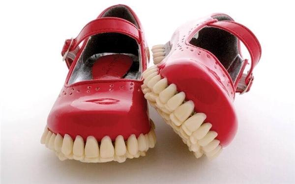 Thiết kế khá giản dị đôi giày mang dáng điệu mô phỏng bộ hàm con lừa độc đáo vô cùng.