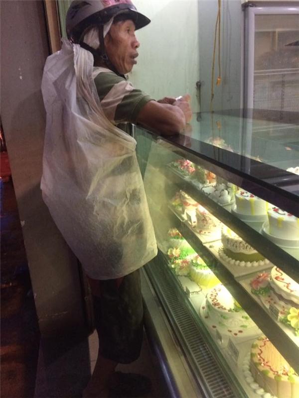Người bố nghèo mua bánh kem cho con và việc làm bất ngờ của cô gái lạ