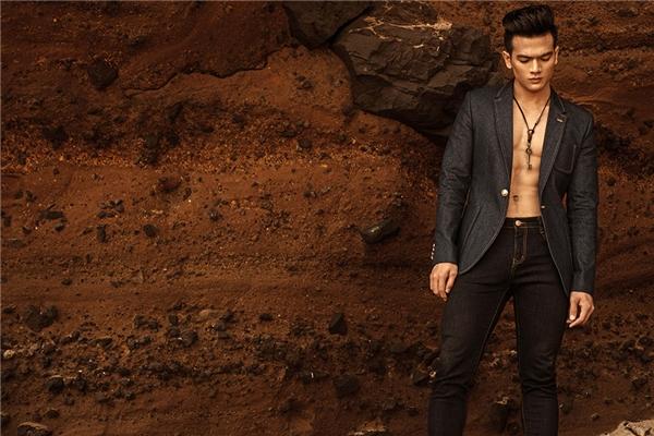 Lê Xuân Tiền khoe khéo thân hình sáu múi chuẩn mực với chiếc áo suit buông cúc. Bộ trang phục kết hợp hai sắc độ của denim để tạo điểm nhấn.