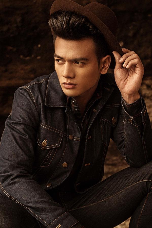Kết hợp bộ trang phục cùng mũ fedora màu tối, Lê Xuân Tiền trông như một quý ông sành điệu, lịch lãm thường thấy ở các kinh đô thời trang lớn.