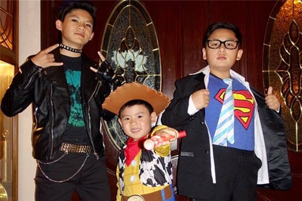 Mới đây, ba cậu con trai nhà ca sĩ Bằng Kiều được mẹ là ca sĩ Trizzie Phương Trinh đưa đi tham gia tiệc mừng lễ hội Halloween. - Tin sao Viet - Tin tuc sao Viet - Scandal sao Viet - Tin tuc cua Sao - Tin cua Sao