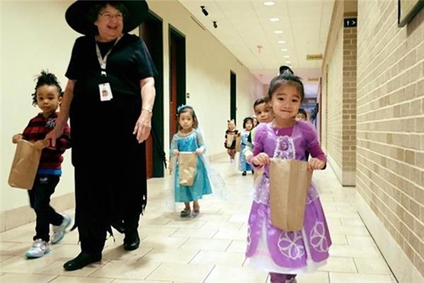 Trong khi đó, bé Hồng Ân - cô con gái thứ hai của Hồng Ngọc lại mừng Halloween bằng tạo hình cô công chúa đáng yêu. - Tin sao Viet - Tin tuc sao Viet - Scandal sao Viet - Tin tuc cua Sao - Tin cua Sao