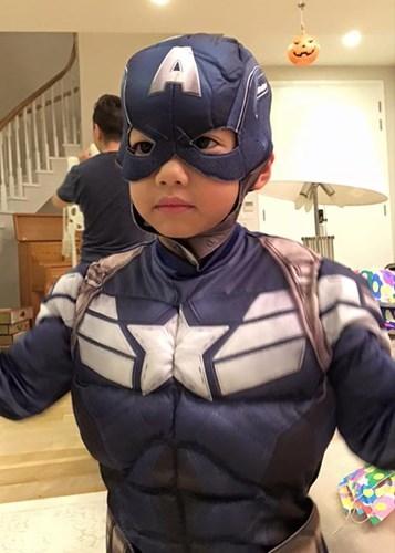 """Bé Subeo của nhà ca sĩ Hồ Ngọc Hà cũng vui vẻ """"đóng vai"""" siêu anh hùng Captain America nhândịp Halloween. - Tin sao Viet - Tin tuc sao Viet - Scandal sao Viet - Tin tuc cua Sao - Tin cua Sao"""