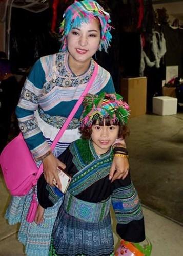 Danh hài Thúy Nga cùng con gái Nguyệt Cát cũng tham gia tiệc mừng Halloween sớm. Bé Nguyệt Cát vô cùng đáng yêu khi cùng mẹ hóa thân thành cô gái dân tộc. - Tin sao Viet - Tin tuc sao Viet - Scandal sao Viet - Tin tuc cua Sao - Tin cua Sao