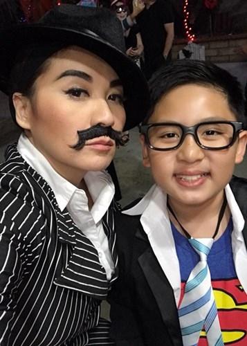 Trong khi đó, cậu con trai thứ hai nhà Trizzie Phương Trinh tên Colin ăn diện như nhân vật siêu nhân. - Tin sao Viet - Tin tuc sao Viet - Scandal sao Viet - Tin tuc cua Sao - Tin cua Sao