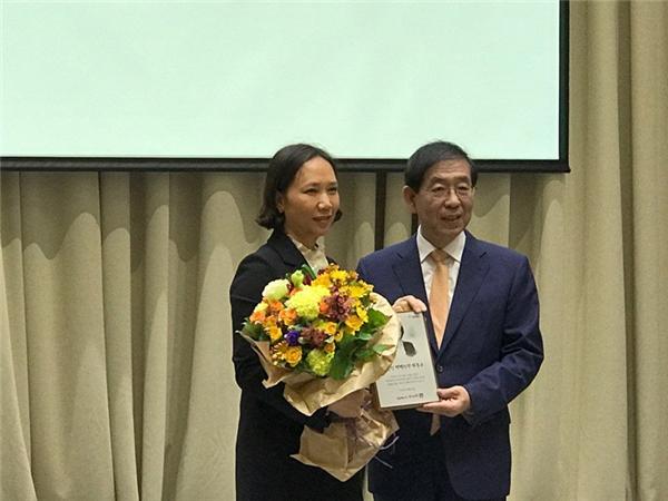 Đích thân Thị trưởng Park Won-soontrao tặng danh dự này cho chị Cẩm.