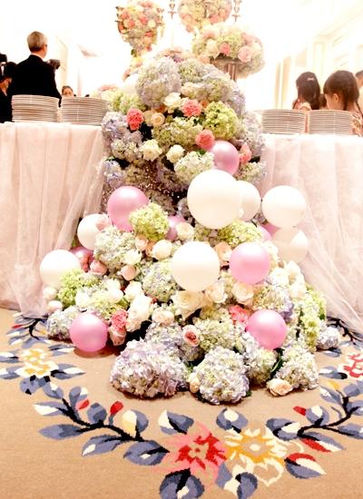 Không gian tiệc cưới được trang trí bắt mắt với hoa, bóng bay và bánh. - Tin sao Viet - Tin tuc sao Viet - Scandal sao Viet - Tin tuc cua Sao - Tin cua Sao