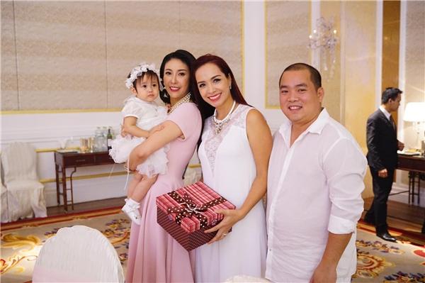Gia đình nhạc sĩ Minh Khang - Thuý Hạnh cùng hai nàng công chúa nhỏ. - Tin sao Viet - Tin tuc sao Viet - Scandal sao Viet - Tin tuc cua Sao - Tin cua Sao