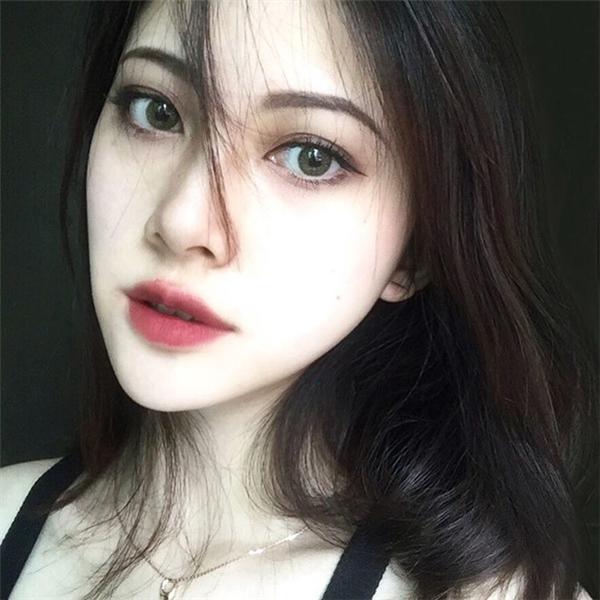 Cô nàng vô cùng xinh đẹp sắc sảovới phong cáchtrang điểm đậm quyến rũ.