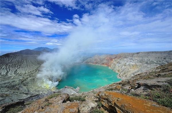 Ở thời điểm này cũng là lúc hồ ở miệng núi lửa hiện rõ hơn với nước hồ màu xanh ngọc bích. Khói vẫn bốc lên từ mỏ lưu huỳnh.