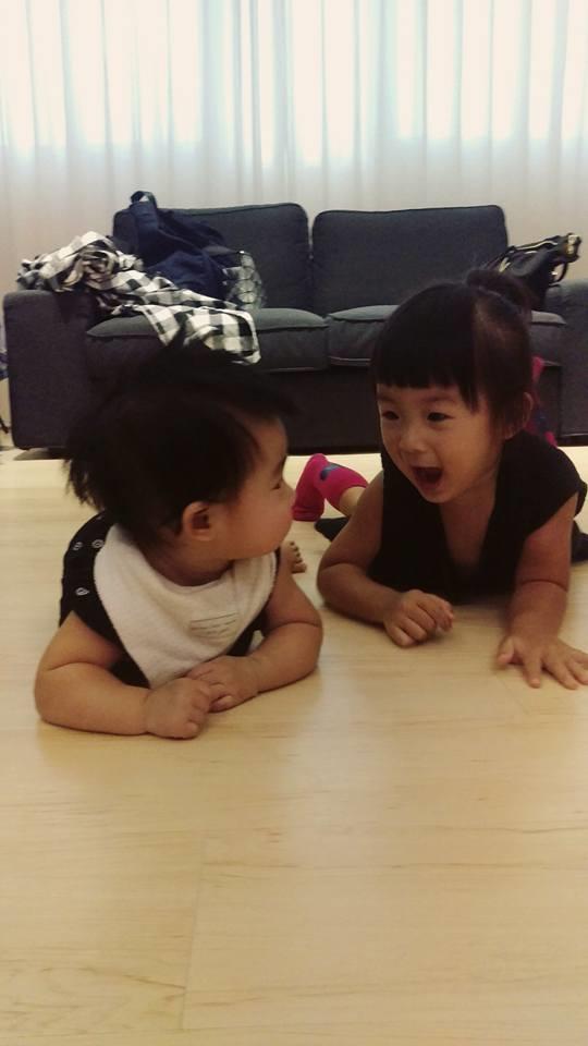 Meng Meng và em gái của mình.
