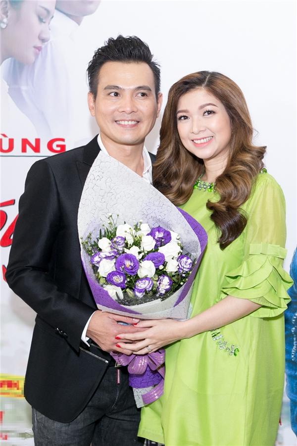 Trong đó, sự xuất hiện của danh hài Bảo Chung cùngnữ ca sĩ Phạm Thanh Thảo khiến Lâm Hùng xúc động hơn cả, bởi cả hai nghệ sĩ này đều đang định cư ở nước ngoài và đã lâu rồi không tham gia các sự kiện giải trí tại Việt Nam.