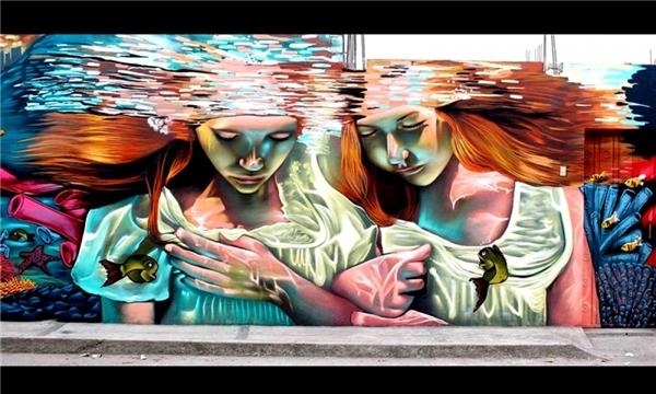 Những cô gái Tây Ban Nha dưới mặt hồ. (Ảnh: Internet)