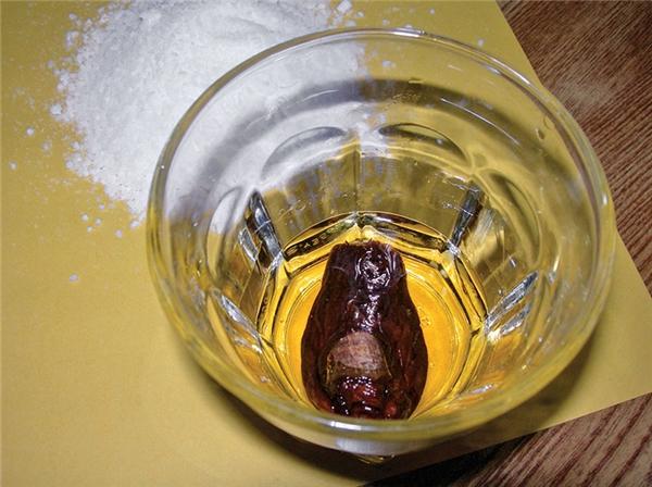 Móncocktail rùng rợn ởYukon, Canada, ngón chân người ngâm trong rượu.