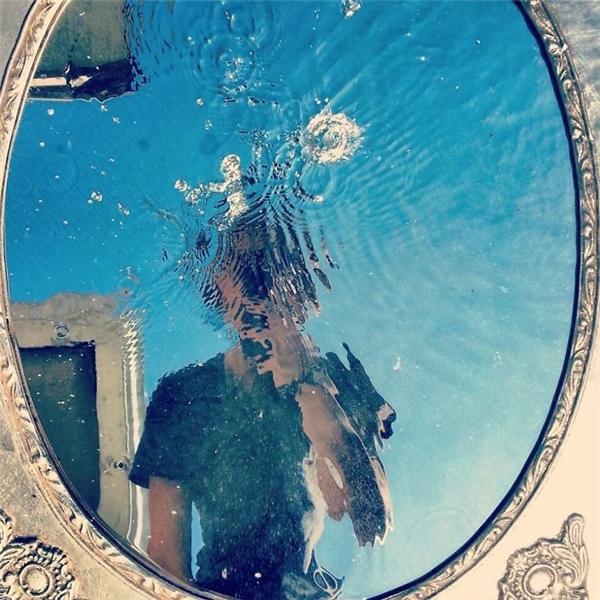Khi mặt hồ biến thành mặt gương huyền ảo.