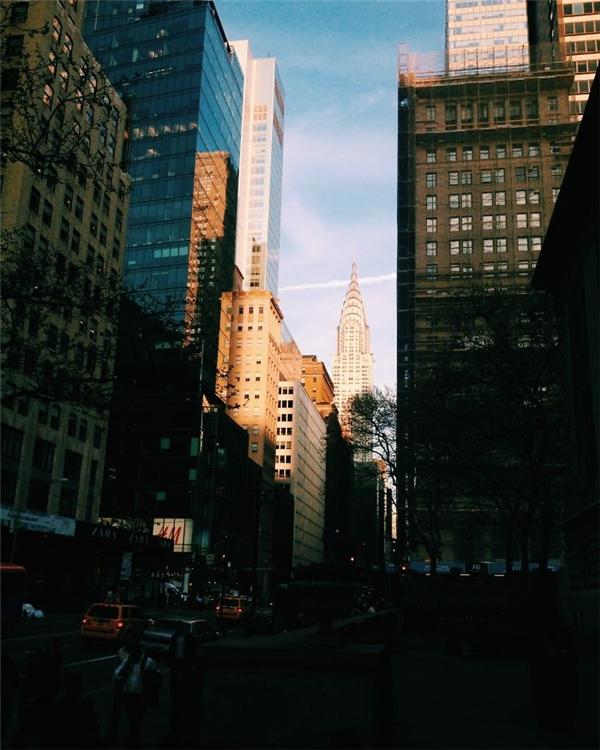 Len lỏi giữa những tòa cao ốc nơi phố thị là cả vùng trời rực nắng.