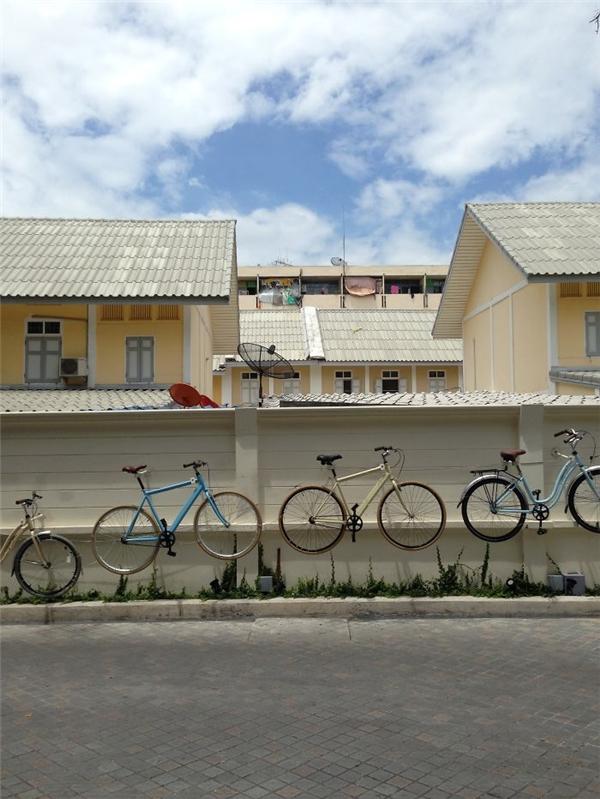 Những ngôi nhà trắng xinh từ lúc nào lại trở thành nền của những chiếc xe con con.