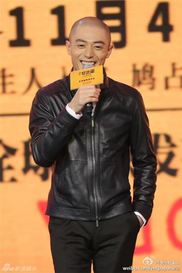 Khác với hình ảnh lạnh lùng thường thấy, trong buổi tuyên truyền hôm qua Hoắc Kiến Hoa xuất hiện với gương mặt rạng rỡ.